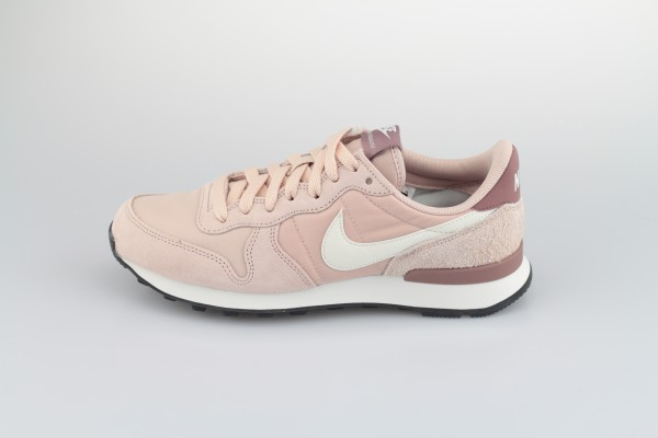 Wmns Internationalist (Particle Beige / Summit White - Smokey Mauve)