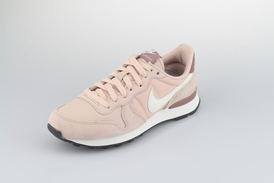 nike-wmns-internationalist-828407-211-particle-beige-summit-white-smokey-mauve-2