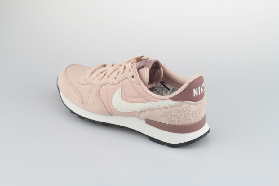 nike-wmns-internationalist-828407-211-particle-beige-summit-white-smokey-mauve-3