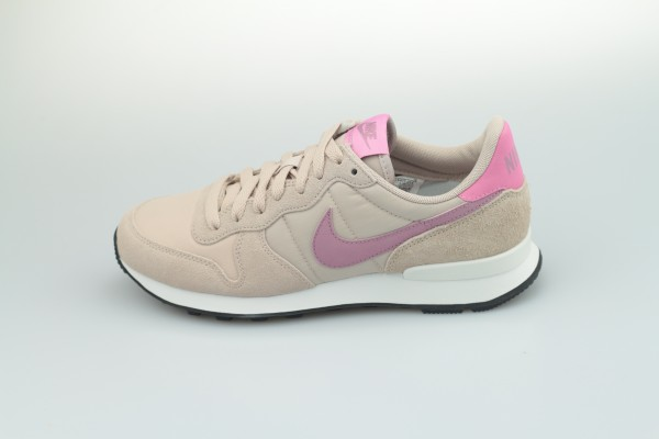 Wmns Internationalist (Fossil Stone / Plum Dust - Magic Flamingo)