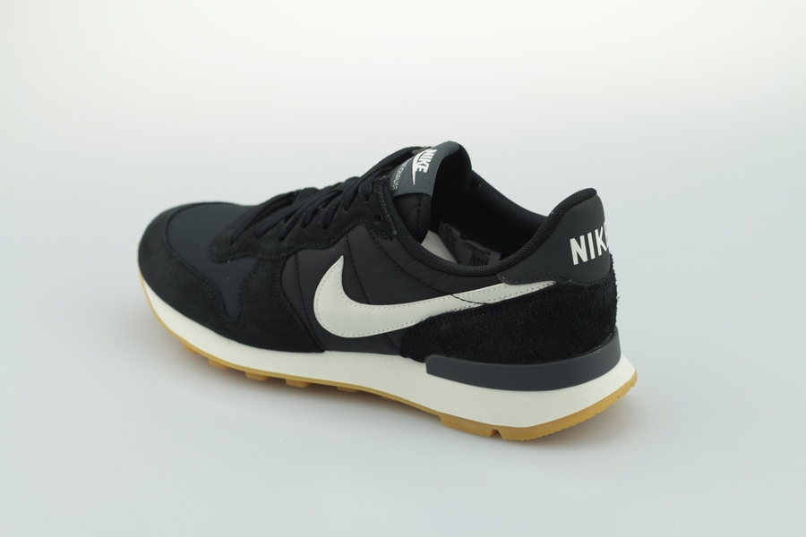 nike-wmns-internationalist-828407-021-black-summit-white-sail-3
