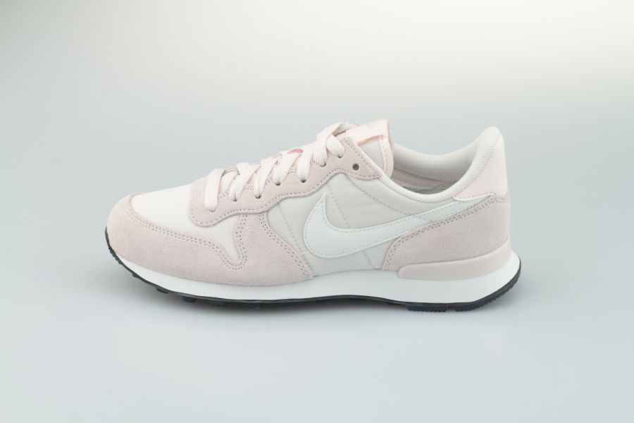 nike-wmns-internationalist-828407-618-light-soft-pink-summit-white-black-1LDzZYCZUWCqqY