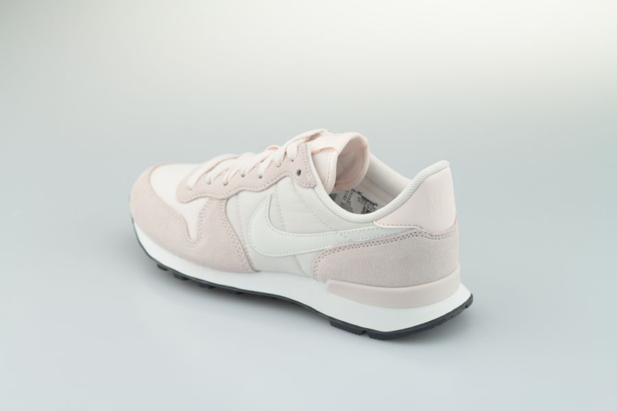 nike-wmns-internationalist-828407-618-light-soft-pink-summit-white-black-3lUuFwTz6Fl38b